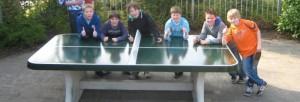 betonnen-pingpongtafel-met-afgeronde-hoeken-op-ons-schoolplein